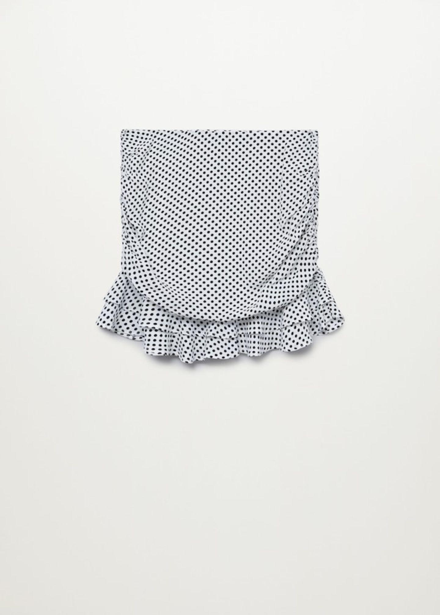 Es muss nicht immer cool und sporty sein. Dieser Rock mit süßen Pünktchenmuster und Rüschensaum kommt mit einer weißen Oversize-Bluse im Frühling und Sommer richtig groß raus. Von Violeta by Mango, um 50 Euro.