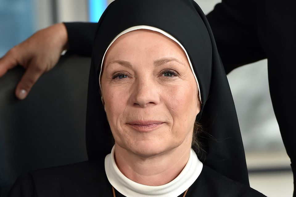 "Nina Hoger alsOberin Theodora in der Serie ""Um Himmels Willen"""