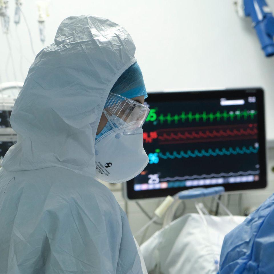 Corona aktuell: Arzt in Schutzanzug