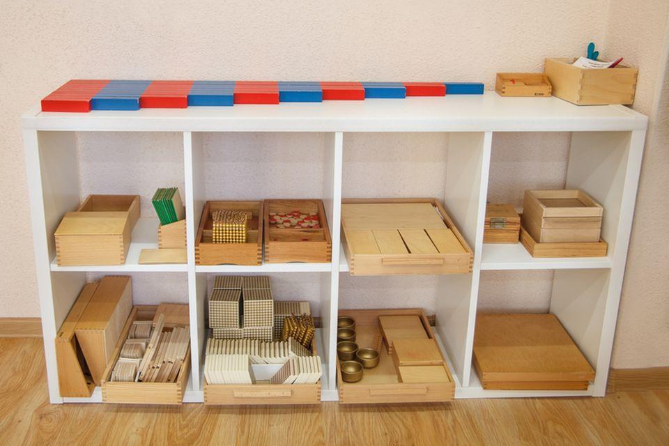 Montessori Kinderzimmer: Regal mit Spielsachen