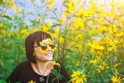 Horoskop: Eine Frau im Sonnenblumenfeld