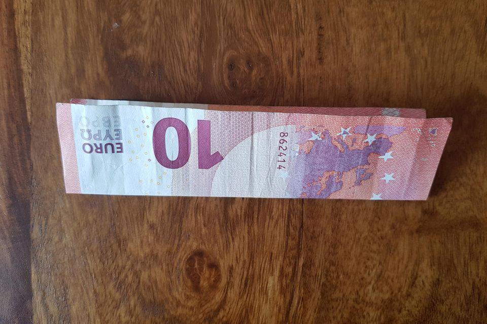 Geldscheine zum Herz falten: Zehn-Euro-Schein längs gefaltet