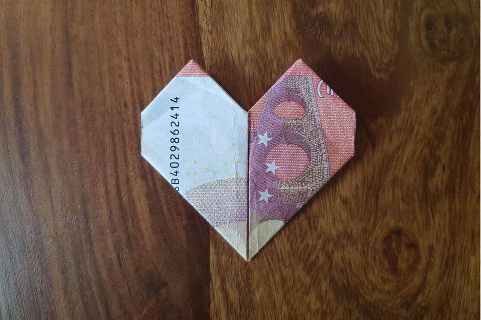 Geldscheine zum Herz falten: Origami-Herz