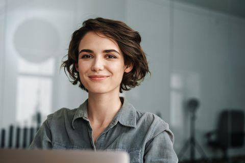 Wenn nicht, kein Problem: Frau lächelt