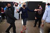 Pünktchen-Kleid und knallrote Pumps – so haben wir Dr. Jill Biden bisher ja noch nie gesehen. Scheint, als würde sie sich modisch immer mehr trauen und auch mal zu neuen Kombinationen greifen. Ob sie sich den Trick mit den roten Schuhen von Melania Trump abgeschaut hat? Sie hat schließlich auch sehr oft dunkle Outfits mit roten High Heels kombiniert. So oder so, der Look von Dr. Jill Biden ist modisch ein Volltreffer.