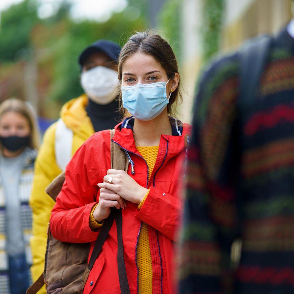 Corona aktuell: Frau mit Maske