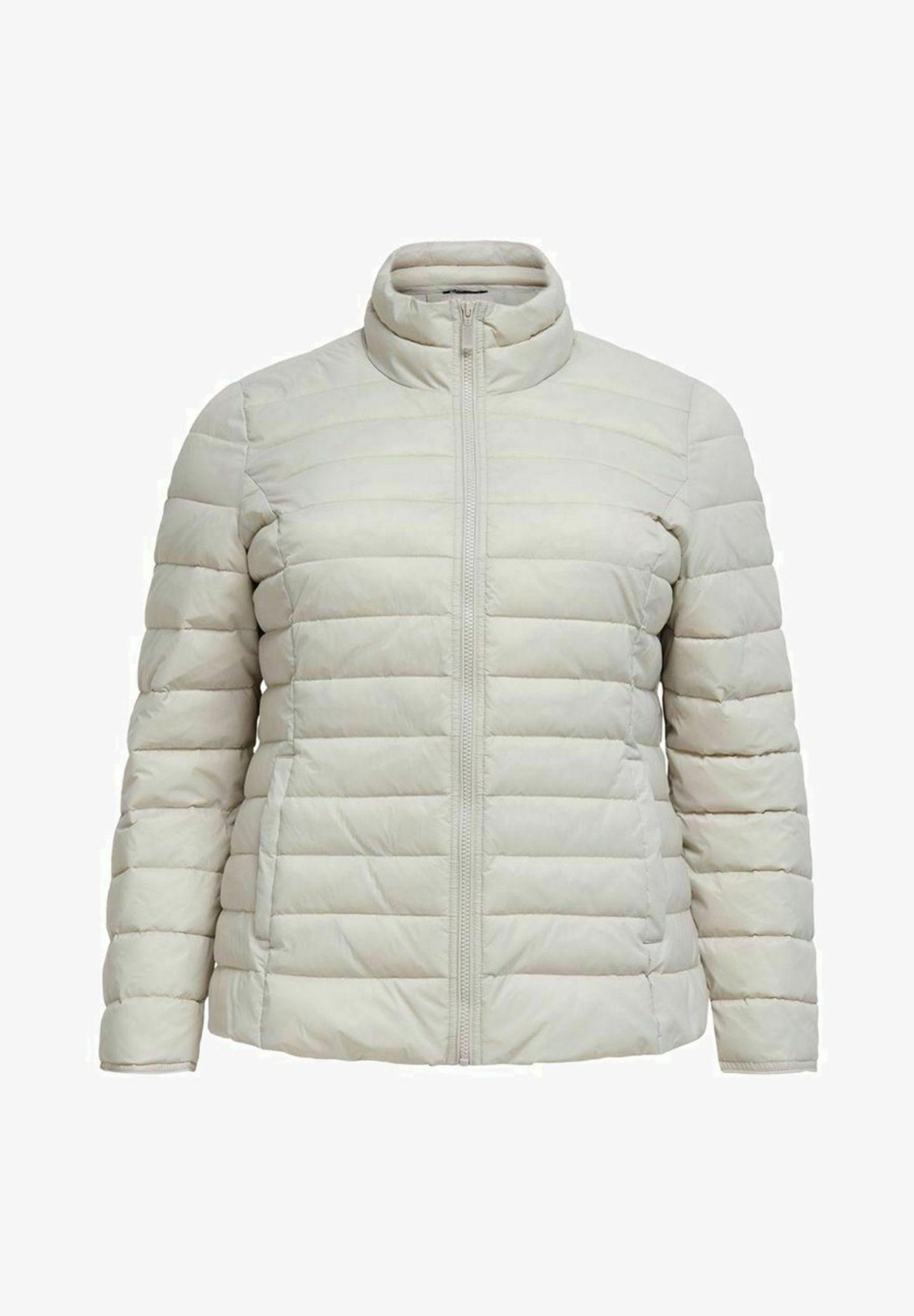 Auch im Frühling kann es kalt werden. Deshalb sind mit mit dieser Jacke vonONLY Carmakoma bestens vorbereitet. Durch die helle Farbe macht sie unsere Outfits nämlich trotzdem frühlingshaft. Über Zalando, circa 45 Euro.