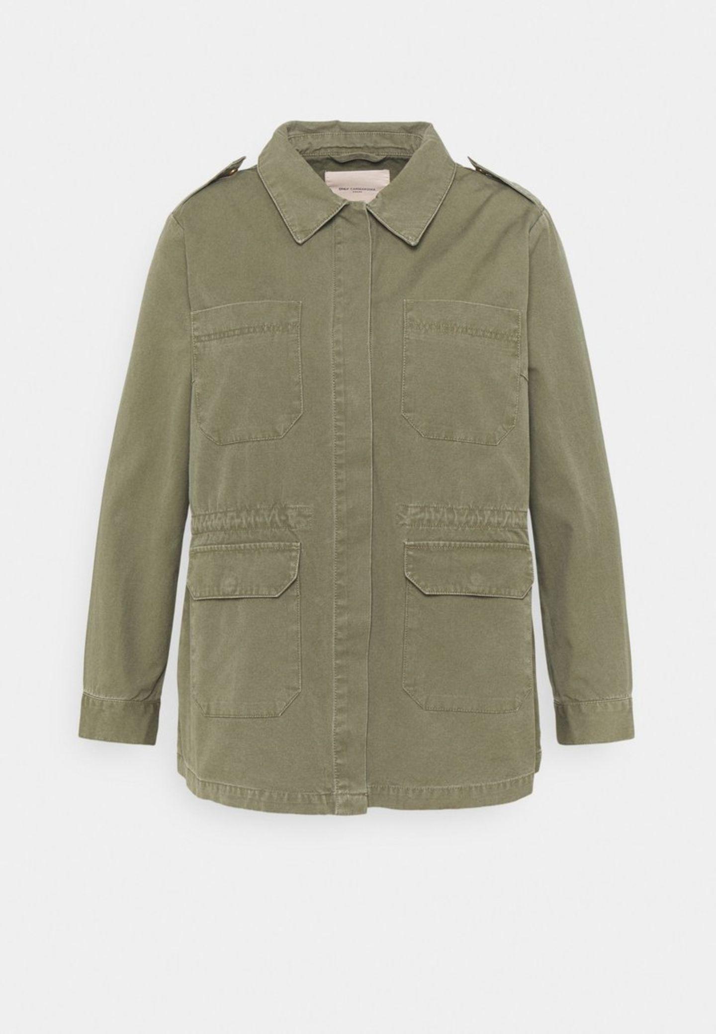Wenn es draußen wärmer wird, dann setzen wir auf lässige Jacken im Utility-Stil. Die passen perfekt zu Basic-Shirts und Tops, einfach perfekt! VonONLY Carmakoma über Zalando, etwa 50 Euro.