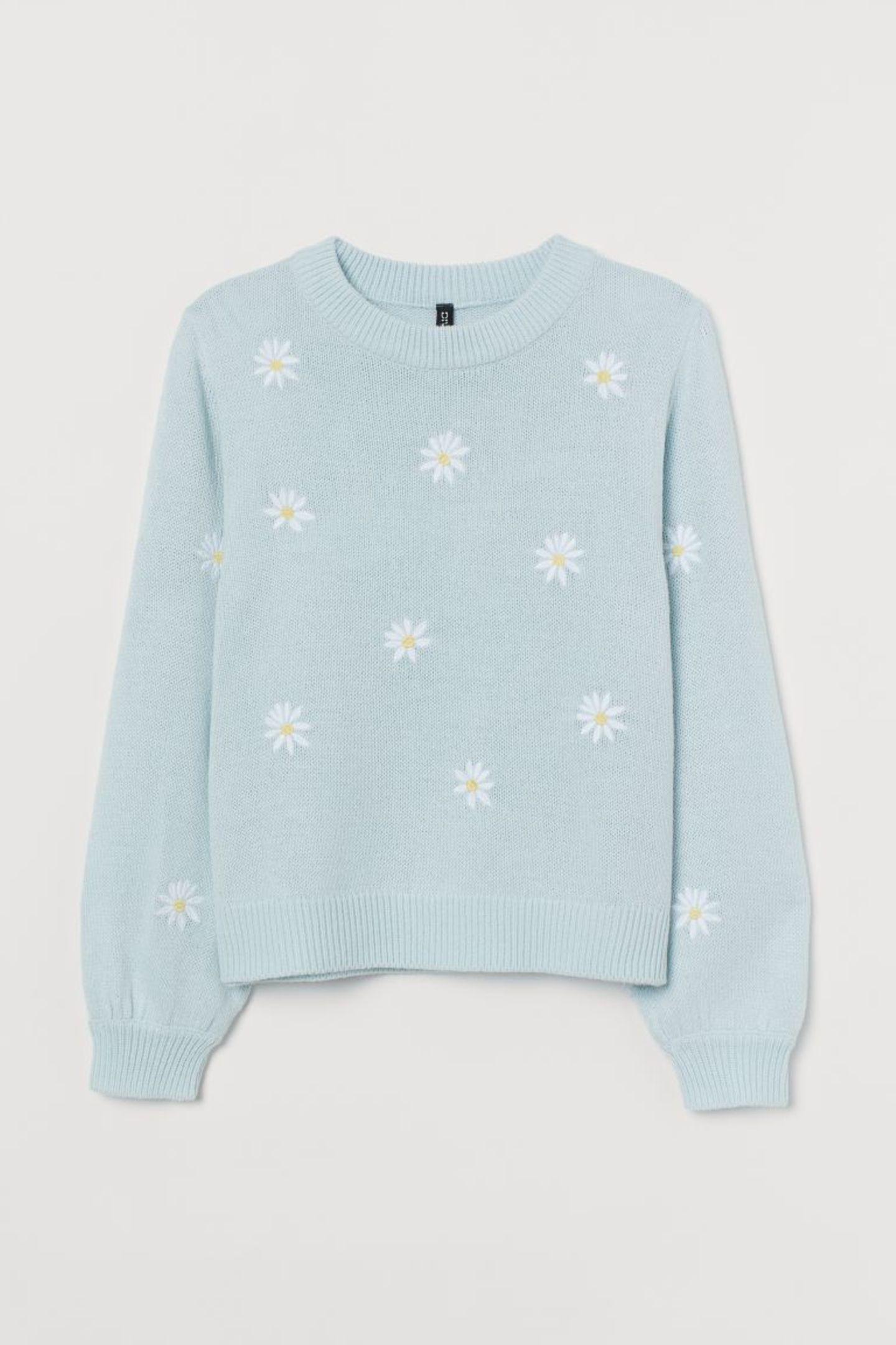 Bei diesem Pullover bekommen wir sofort Frühlingsgefühle! Nicht nur das zarte Pastellblau, sondern auch die süßen Gänseblümchen lassen unser Herz höher schlagen. Von H&M+, etwa 25 Euro.
