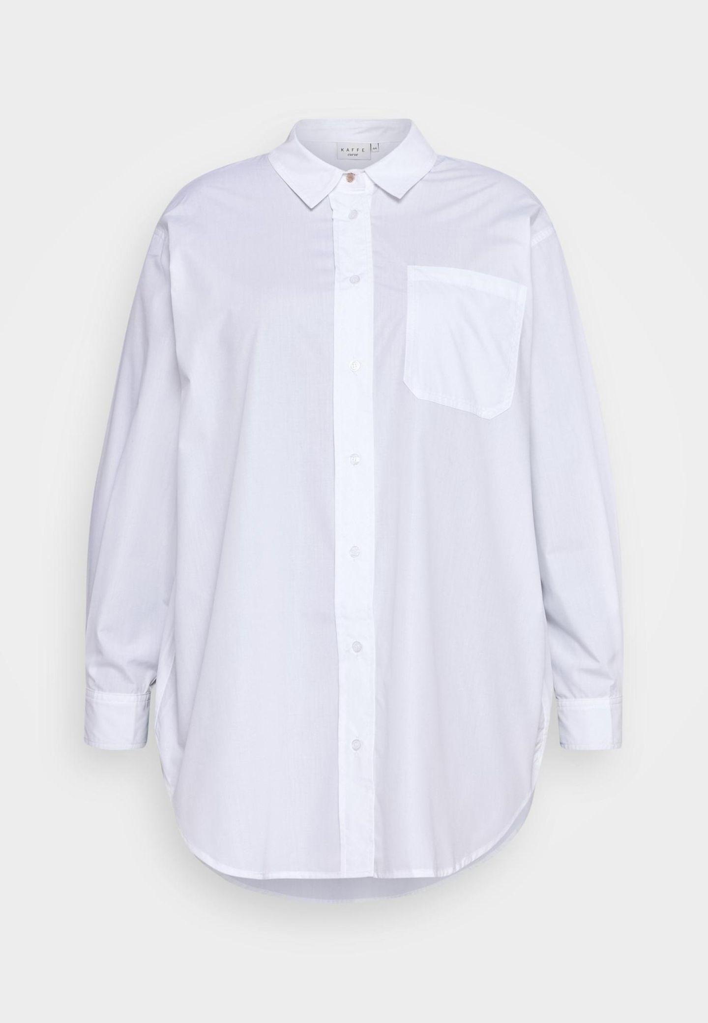 Oversize-Blusen gehören in jeden Kleiderschrank – zumindest eine. Diese Hemdbluse vonKaffe Curve passt perfekt zu engen Jeansund Sneakern. Oder kombiniert Boots und High Heels. Hier passt einfach alles. Über Zalando, etwa 60 Euro.
