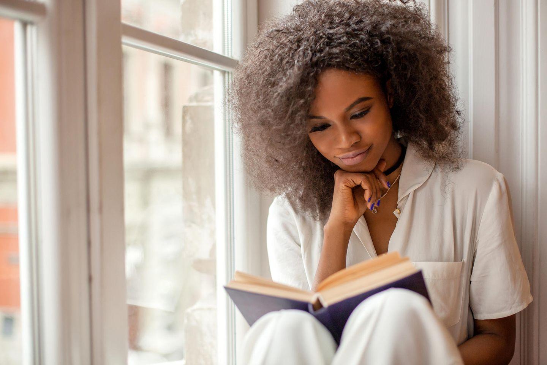 Scanner-Persönlichkeit: Frau sitzt am Fenster und liest.