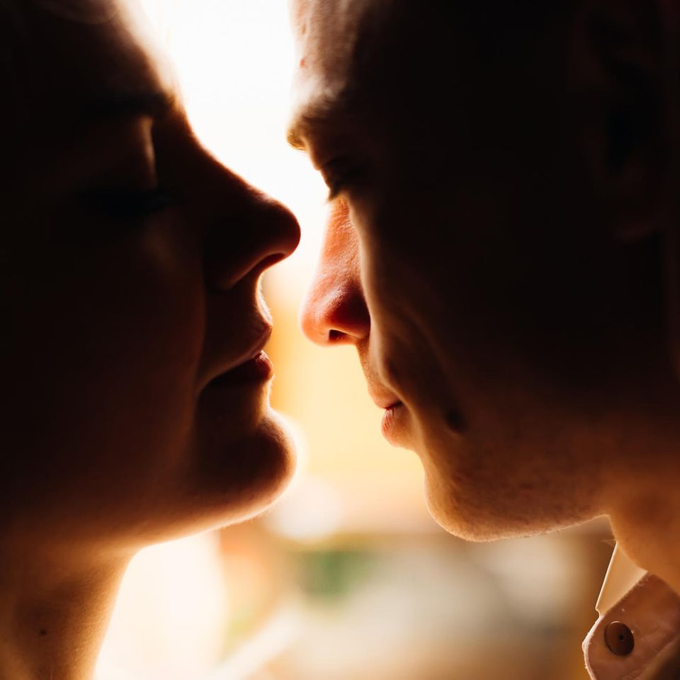 Psychologie: Ein Paar küsst sich