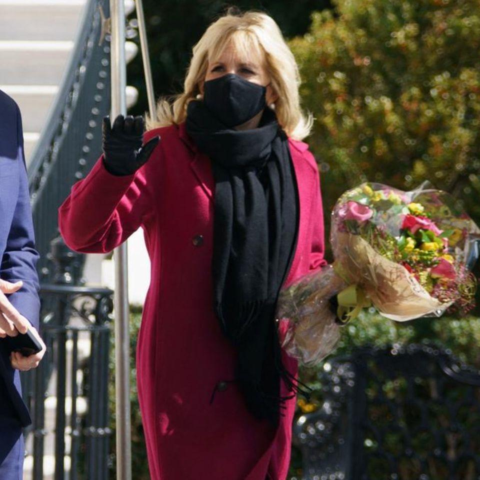 Ab in die Osterferien – und das mit Stil. Auf dem Weg nach Camp David setzt Jill Biden auf einen dunkelroten Wollmantel, schwarze Accessoires und ihre aktuellen Lieblings-Stiefeletten.
