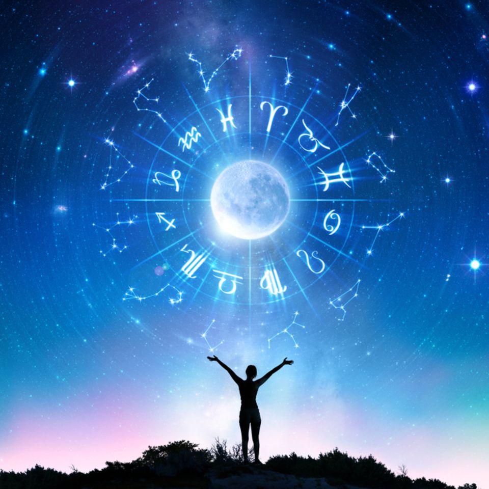Sternzeichen Symbole: Sternzeichen-Symbole im Sternenhimmel.