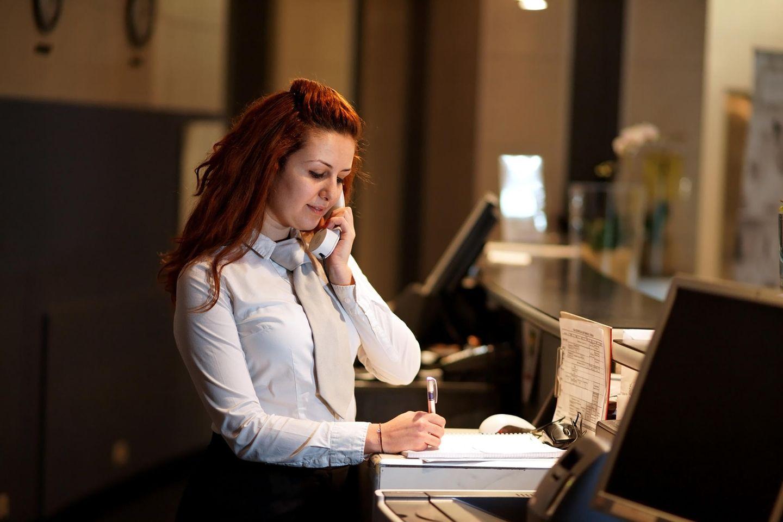 Hotelkauffrau bei der Arbeit
