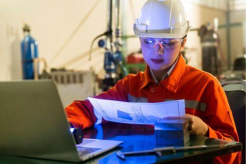 Messtechniker: Messtechnikerin bei der Arbeit