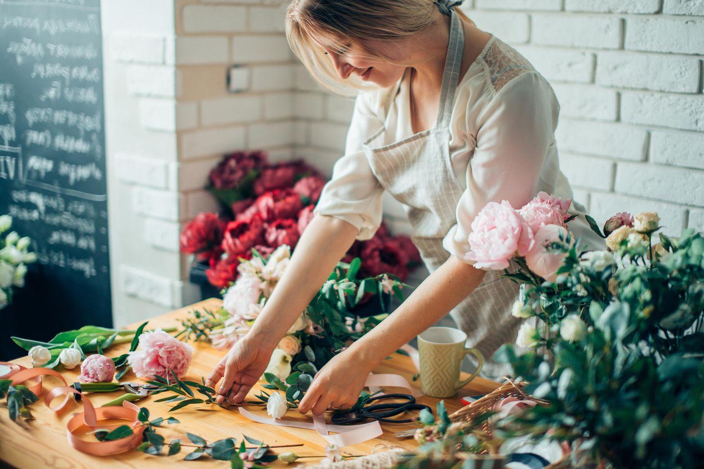 Florist: Floristin bei der Arbeit