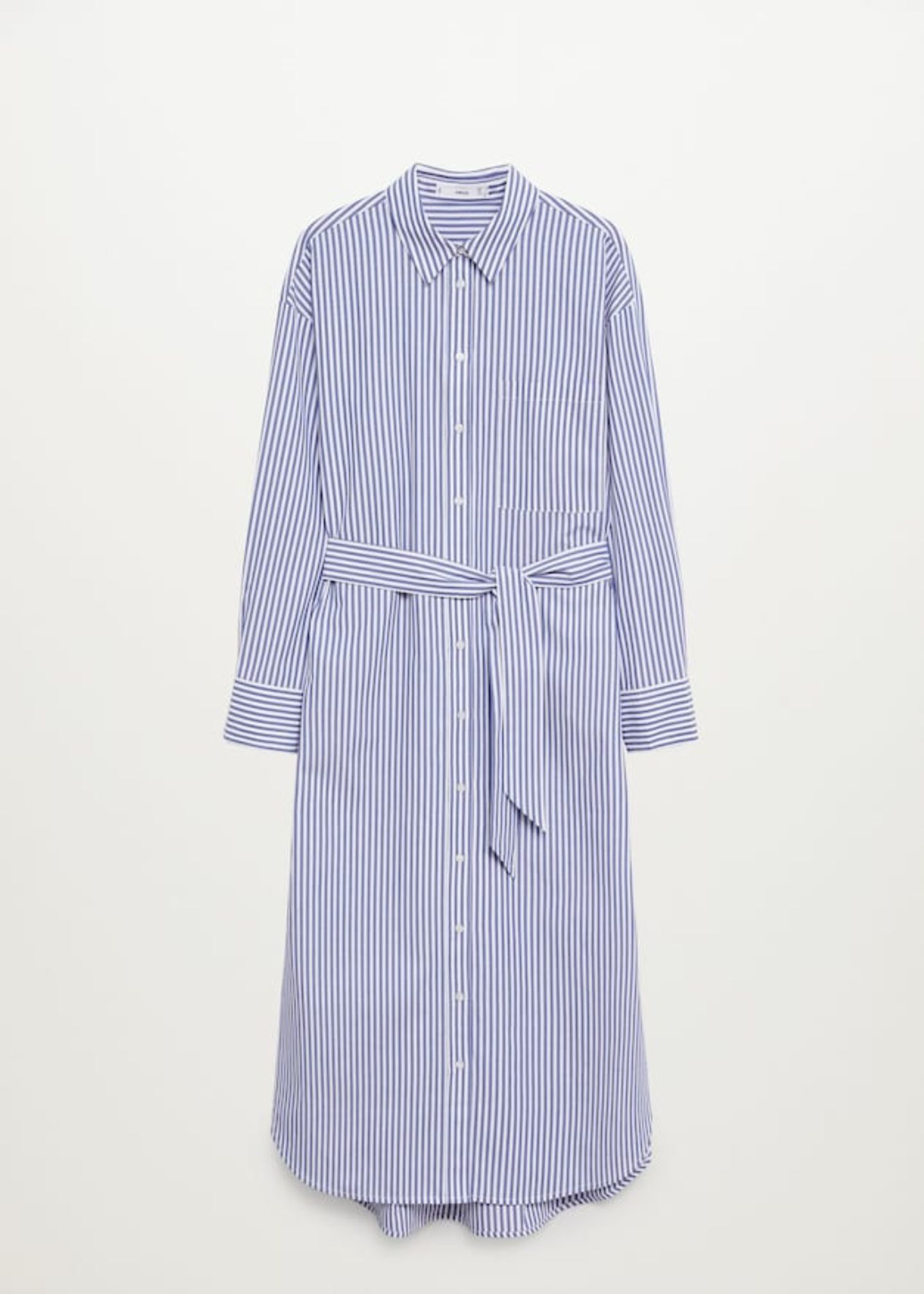 Ein Teil, das alles kann? Diese überlange Bluse kann als cooles Hemdblusenkleid oder über einer Skinnyjeans getragen werden. So oder so – dieses It-Piece darf in keinem Kleiderschrank fehlen. Von Mango, um 40 Euro.