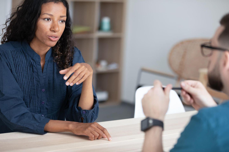 Arbeitsvermittler: Arbeitsvermittlerin im Gespräch