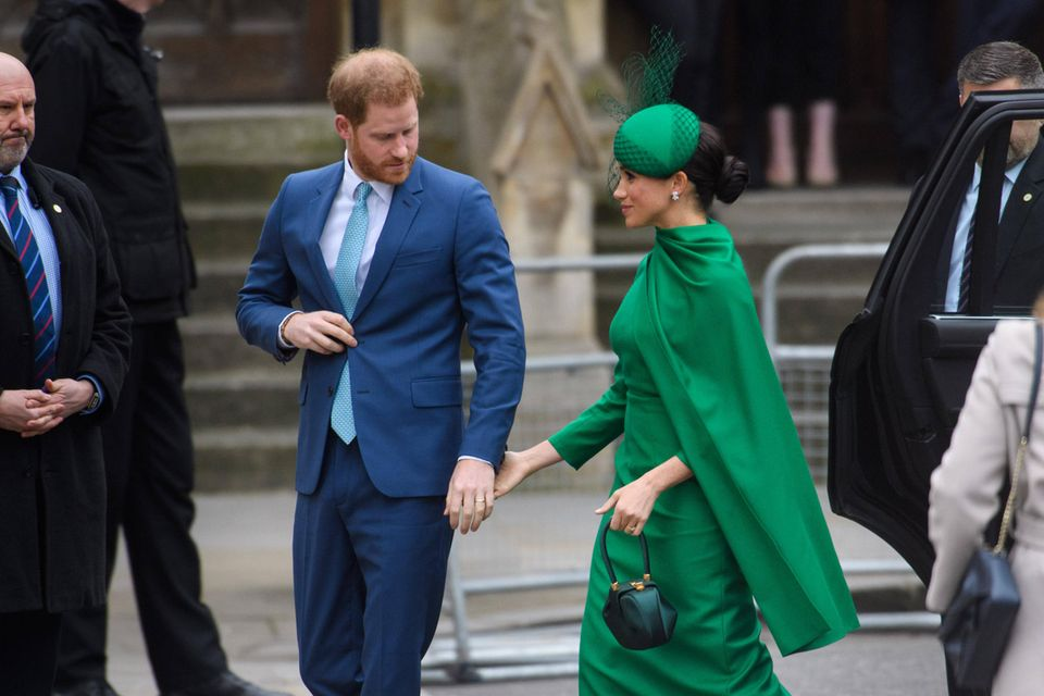 Laut Ex-Mitarbeitern: So waren die Sussexes als Chefs: Harry und Meghan steigen aus einem Auto