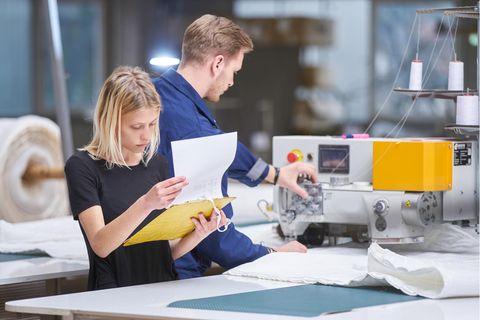 Qualitätsmanager: Qualitätsmanagerin bei der Arbeit