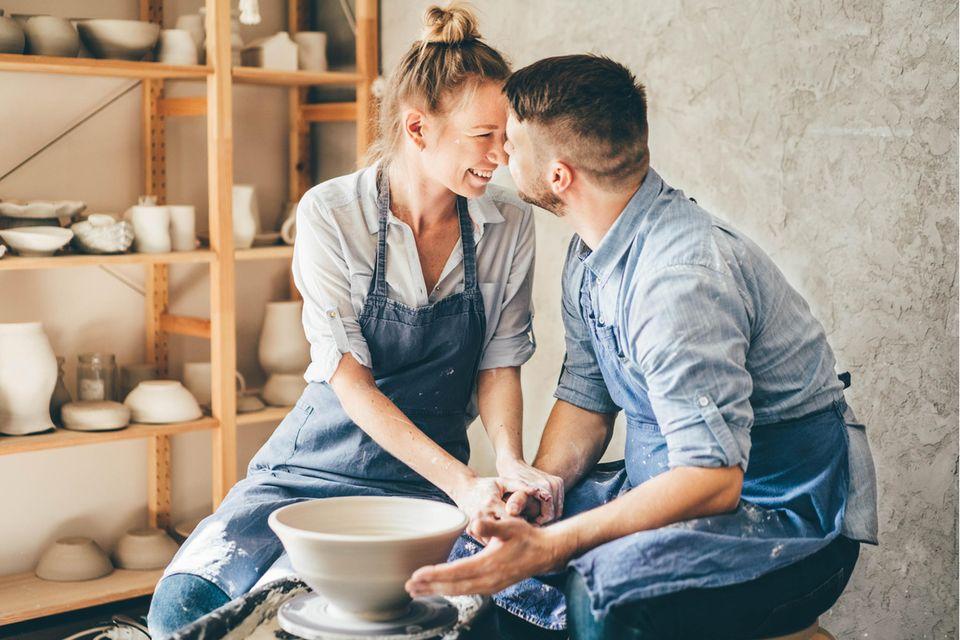 Hobbys in Beziehungen: Paar beim Töpfern