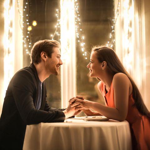 Future Faking: Mann und Frau sitzen im Restaurant