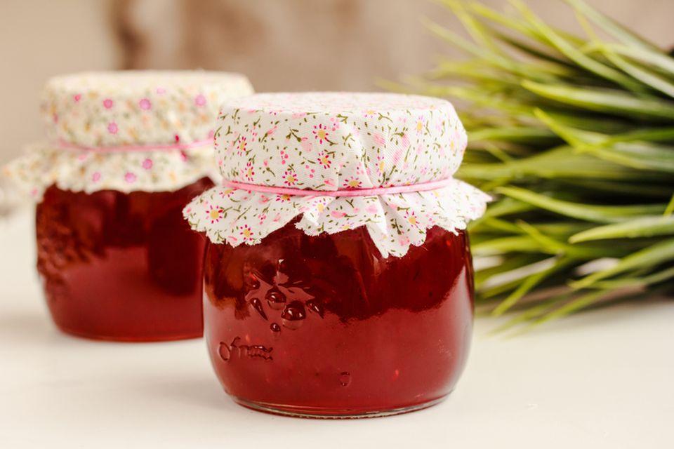 Stoffreste verwerten: Marmeladengläser verschönern
