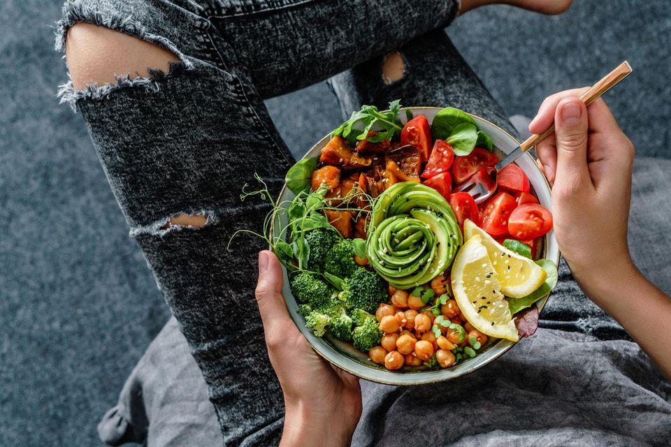 Andreas Michalsen: Gesunde Bowl mit Kichererbsen und Avocado