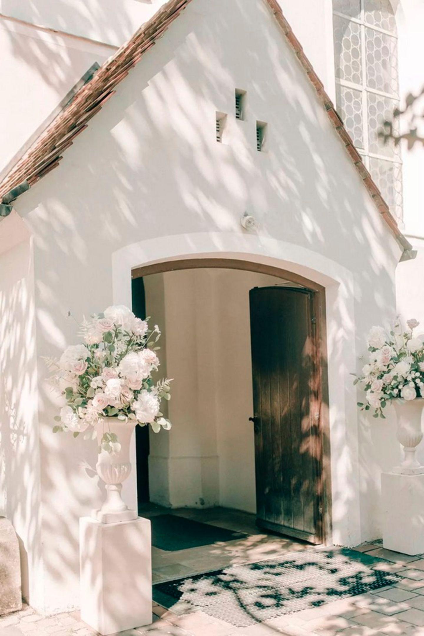 Wedding Award: Kapelle mit Blumen