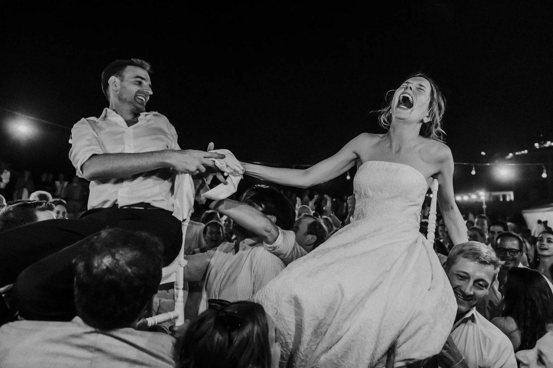 Wedding Award: Brautpaar wird getragen