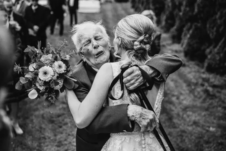 Wedding Award: Senior umarmt Braut