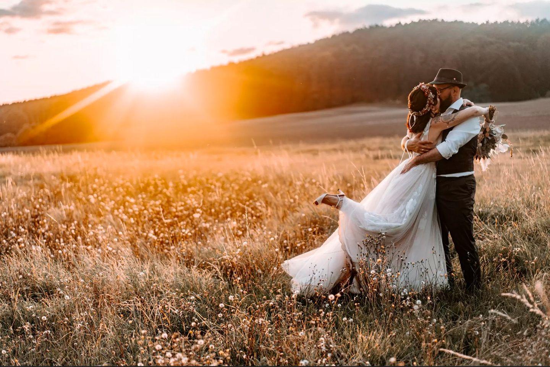 Wedding Award: Brautpaar auf Wiese