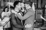 Wedding Award: Paar umarmt sich