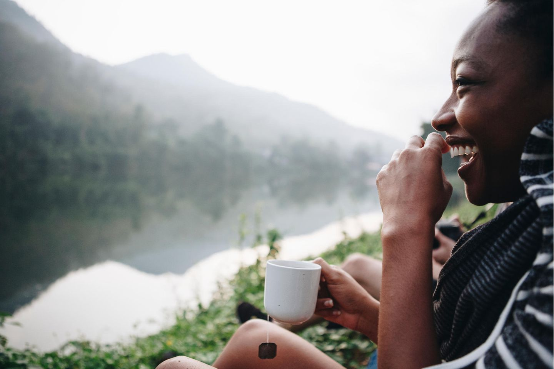 Immunstärker: Freu lachend mit Tee