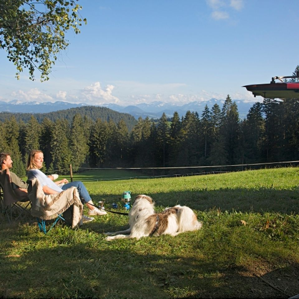 Camping am Bodensee: Luise Gand mit Freund und Hund