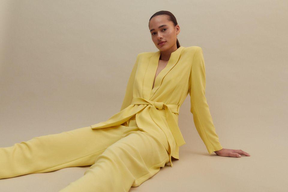 Dieser gelbeZweiteilerund die beliebtesten Trendfarben sind Teil der neuen Frühjahrs- und Sommerkollektionvon Star-Designer Guido Maria Kretschmer in Zusammenarbeit mit About You.