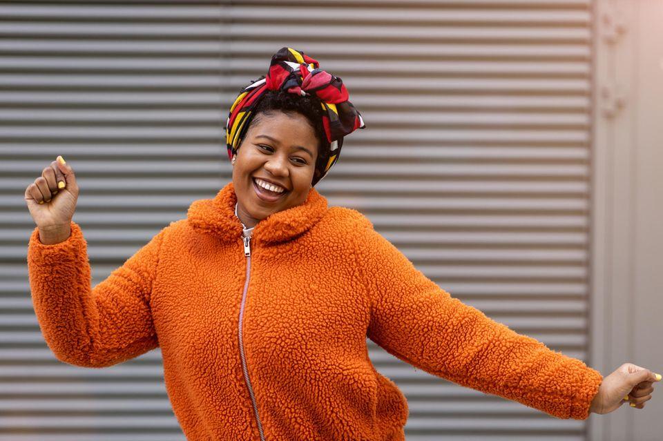 Horoskop: Eine fröhliche, tanzende Frau
