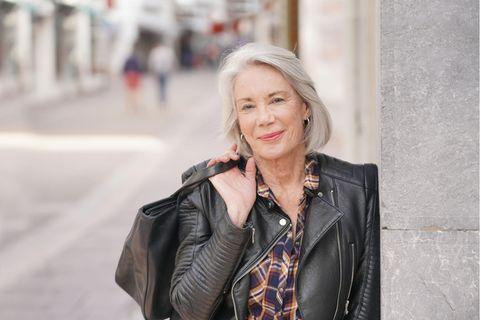 Frauen werden grau: Ältere Frau mit grauen schulterlangen Haaren
