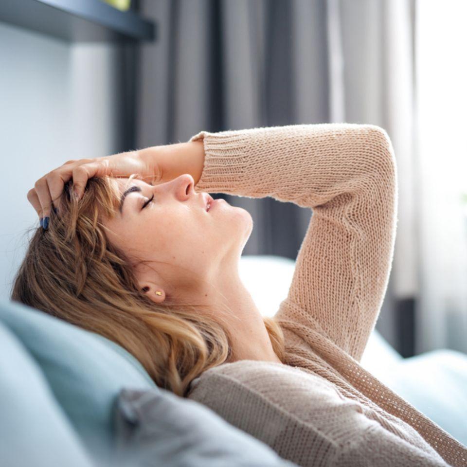 Gürtelrose-Warnzeichen: Erschöpfte Frau