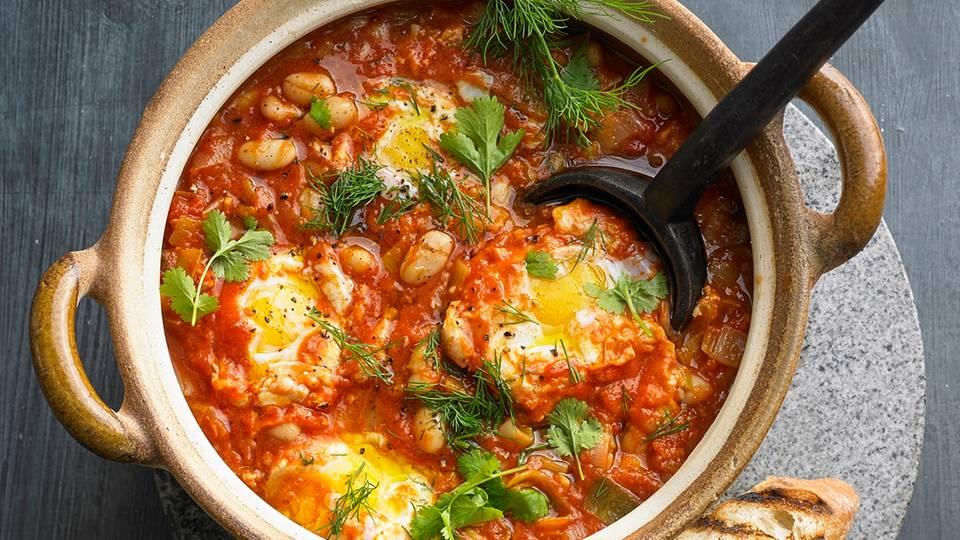 Würziger Bohneneintopf mit Ei