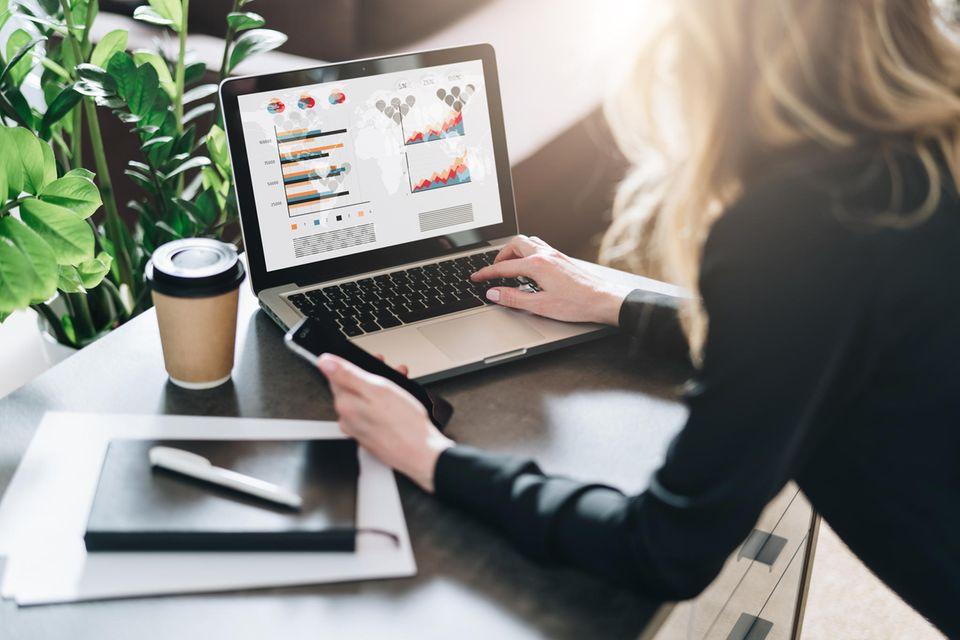 Depot: Frau am Schreibtisch mit Laptop und Finanzen