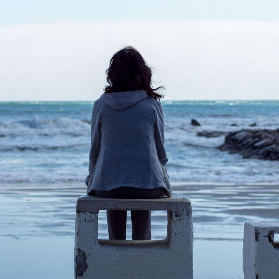 Psychologie: eine traurige Frau am Meer