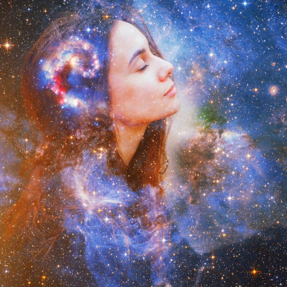 Portaltage: Frauenportrait vor buntem Kosmos.