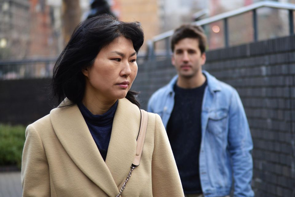 Catcalling: Verängstigte Frau vor einem Mann
