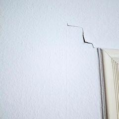 """Nora Klein: Das Motiv des Wändeanstarrens findet sich bei vielen Betroffenen wieder. In diesem Fall ist es in Mareikes Zimmer entstanden. Der Riss soll ein Symbol dafür sein, dass irgendwas nicht stimmt, dass sich irgendwas ablöst – und das an einem Rückzugsort, also dem Inneren einer Person."""""""