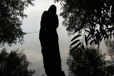 """Nora Klein: Ich habe für das Projekt vier Personen in einer psychosomatischen Reha-Klinik getroffen und fünf zu Hause. Dieser See lag in der Nähe der Klinik. Ich habe das Gefühl, dass Menschen mit Depressionserfahrung über eine besondere Sensibilität verfügen. DieSilhouette der Frau im Bild betont diese Feinfühligkeit, zeigtFragilität auf."""""""
