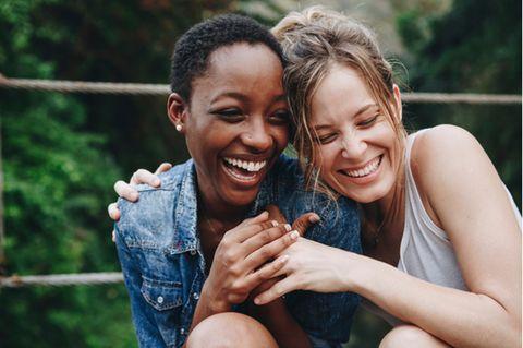 Freundschaftssprüche: Zwei Freundinnen lachen zusammen.