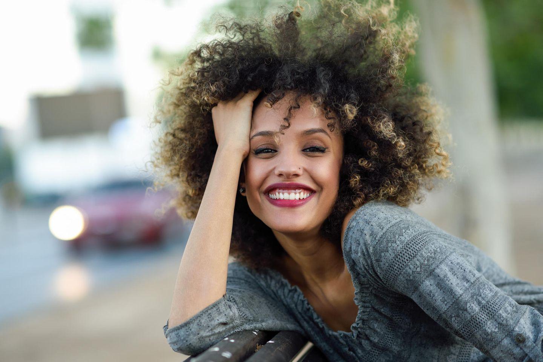 People-pleasing vs. Freundlichkeit: Glückliche Frau