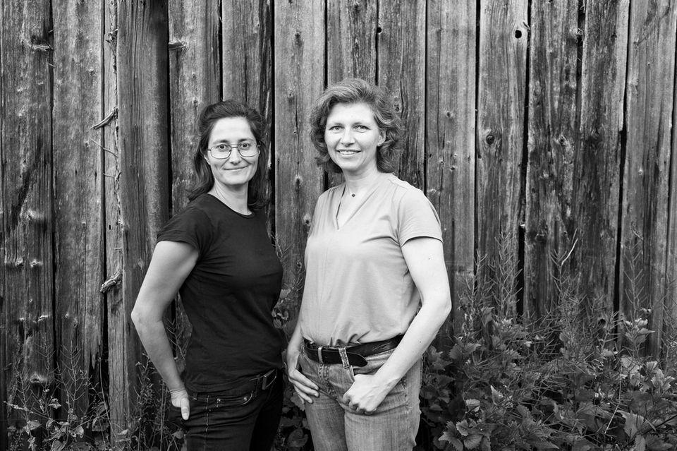 """Fotografin Nora Klein (li.) und Sabine Fröhlich, Betroffene und Protagonistin im Bildband """"Mal gut, mehr schlecht."""""""